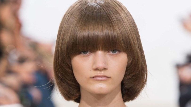 modelo com pior corte de cabelo para rosto quadrado