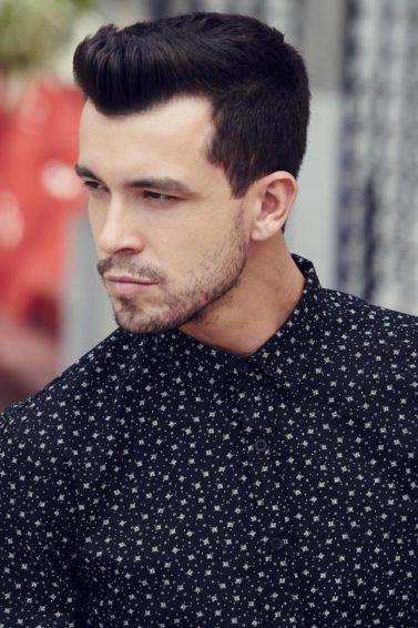 modelo masculino de cabelo curto com topete