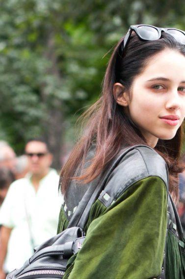 Mulher com cabelo liso mostra como fazer o cabelo parecer mais comprido
