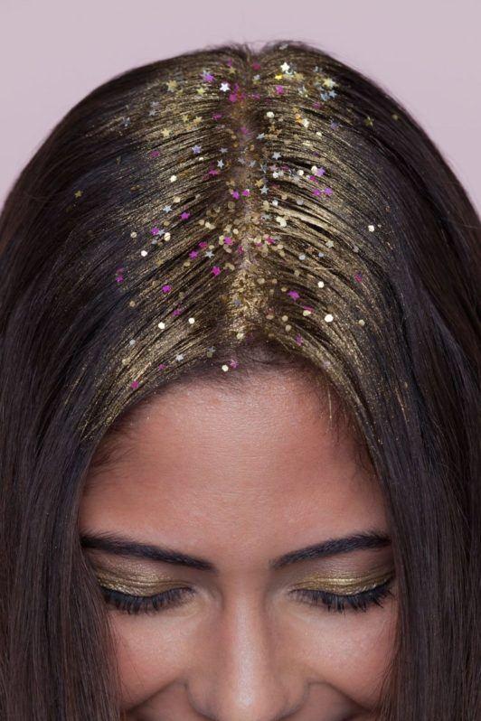 Mulher com glitter na raíz do cabelo
