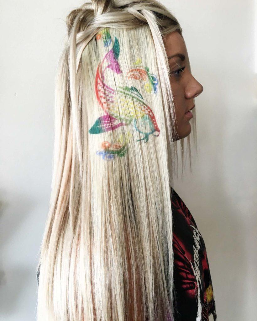 modelo com stencil para cabelo