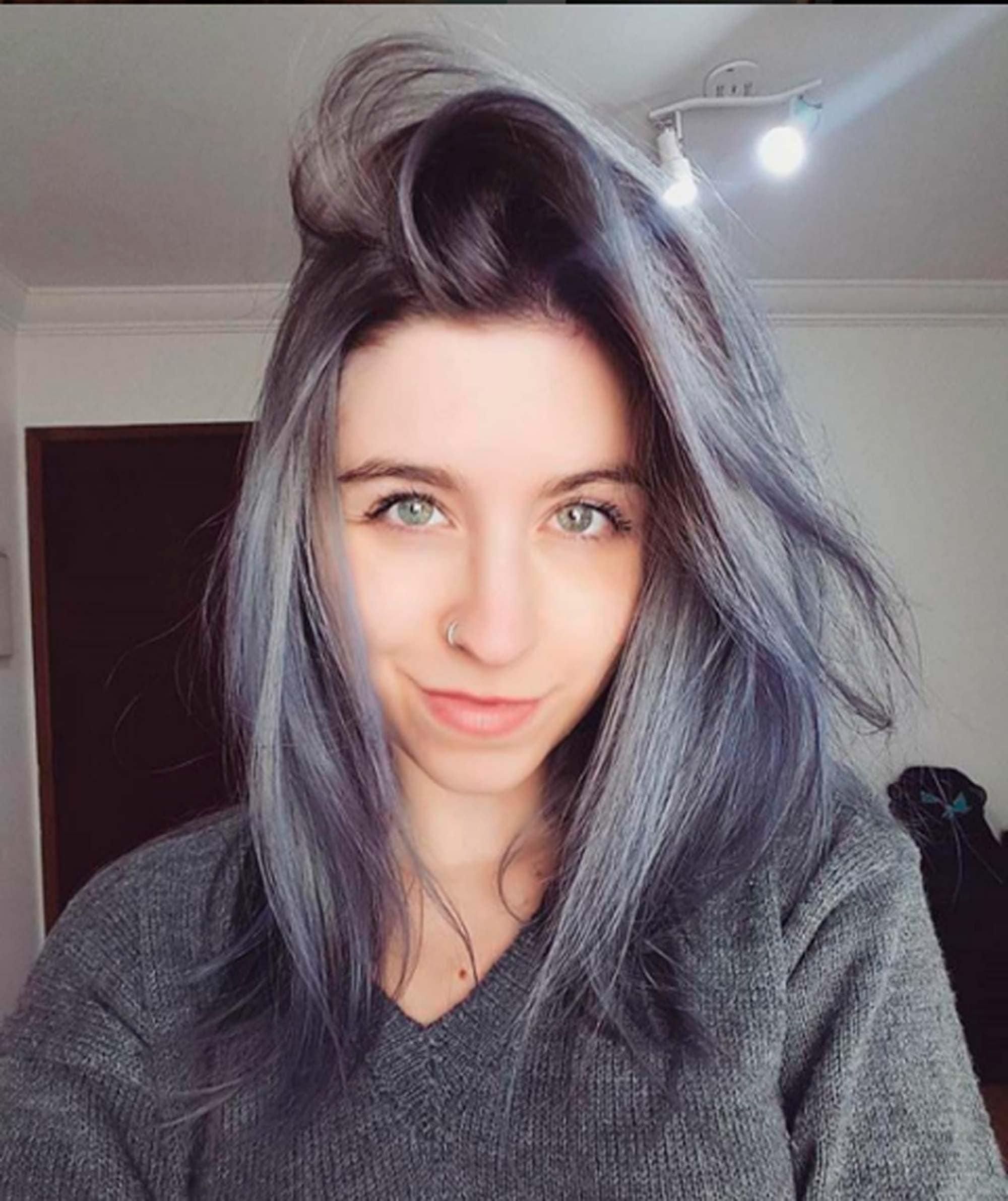 modelo com gray hair ombre nos cabelos escuros