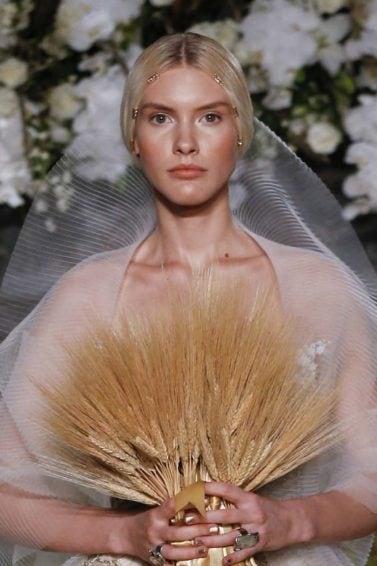 Modelo usa coque simples no Bridal Fashion Week