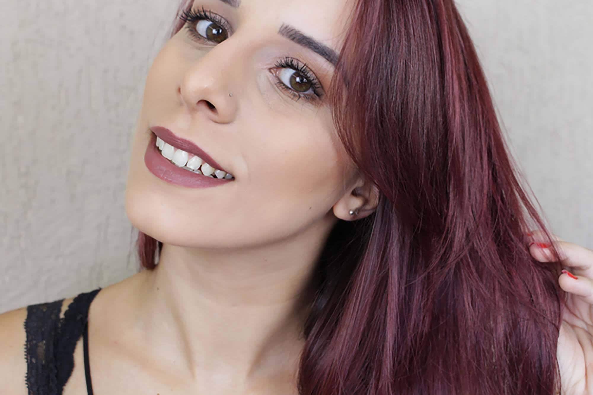 mulher com cabelo cor marsala
