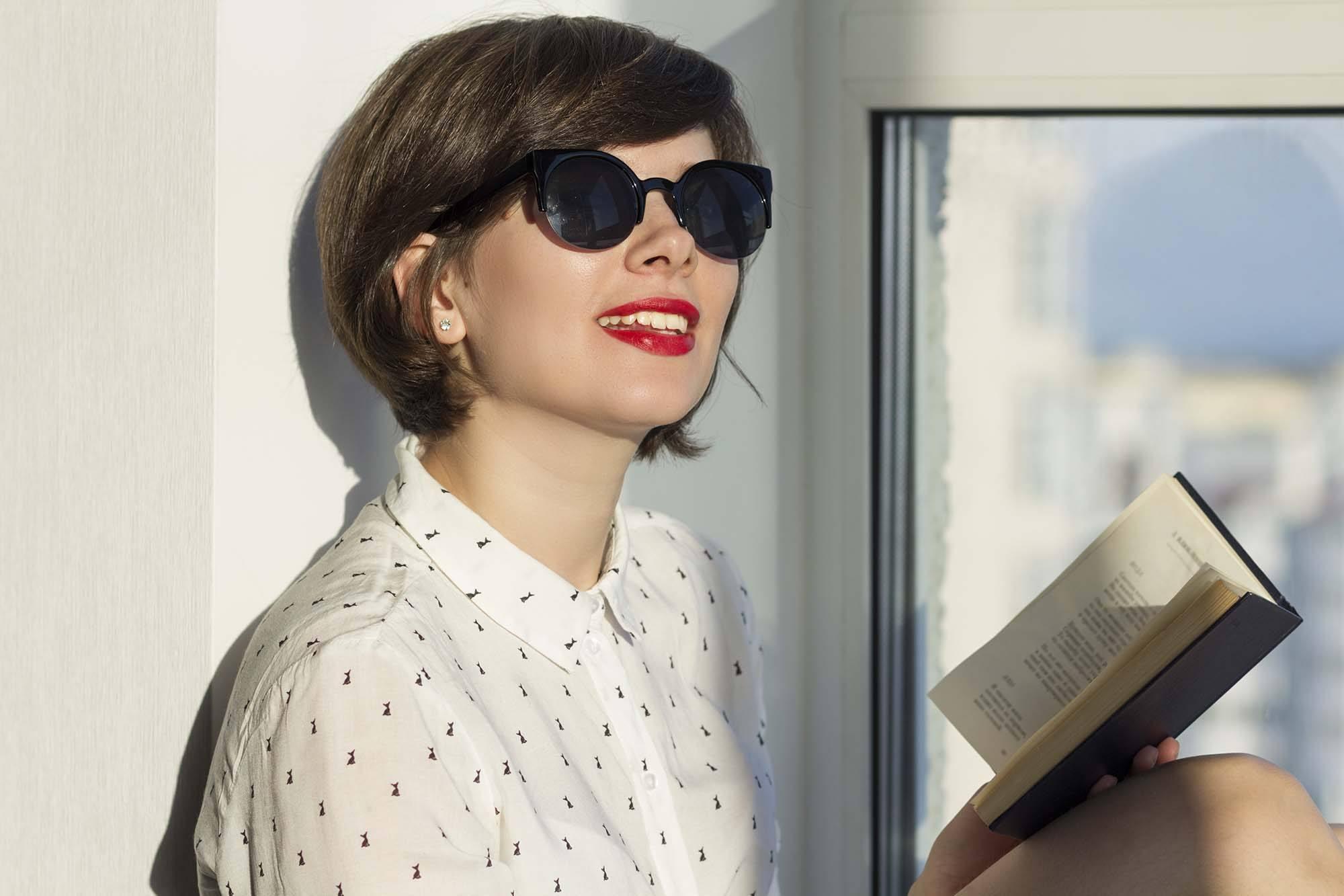 mulher com corte de cabelo short bob e óculos de sol
