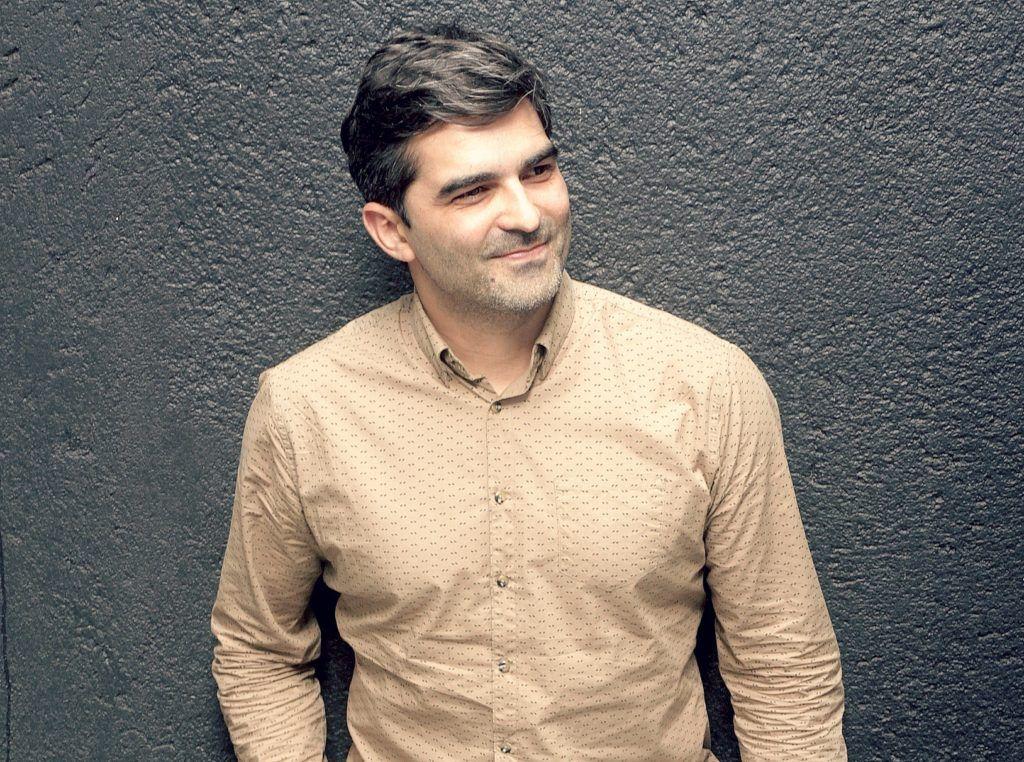 Homem de cabelo grisalho usa camisa mostrada e no cabelo Dove Men+Care Shampoo 2 em 1 Força Resistente