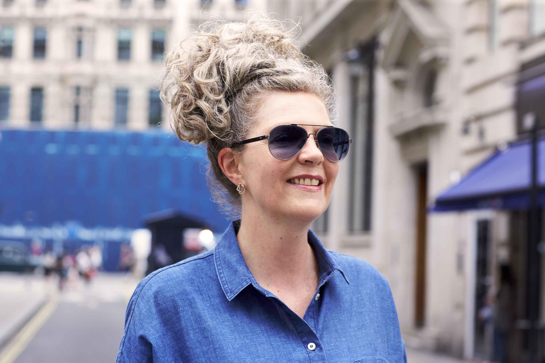Mulher acima de 40 anos usa comprimento longo, uma das Tendências de cabelo 2017