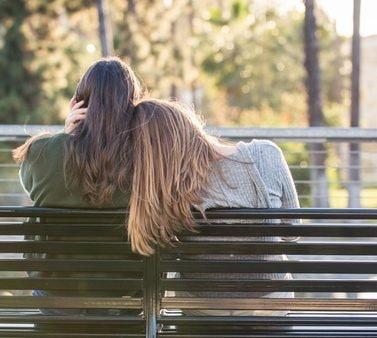 Duas mulheres de cabelo longo ilustram a matéria cabelo longo perfeito
