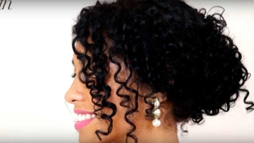 Mulher com cabelo cacheado ensina a fazer o Coque para festa para cabelos cacheados por Dani Azevedo - All Things Hair™ocument