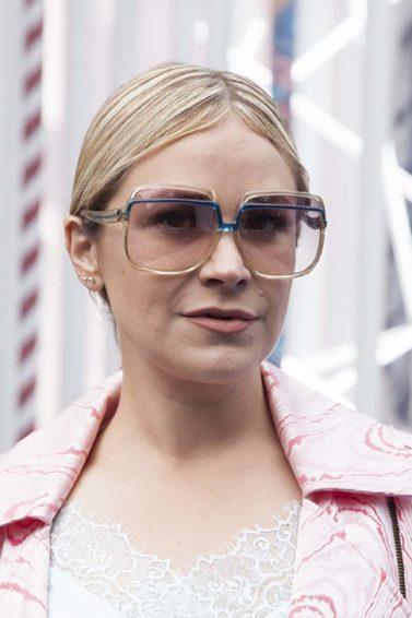 Mulher loira usa óculos de sol grandes e ilustra matéria sobre o Dicionário do cabelo