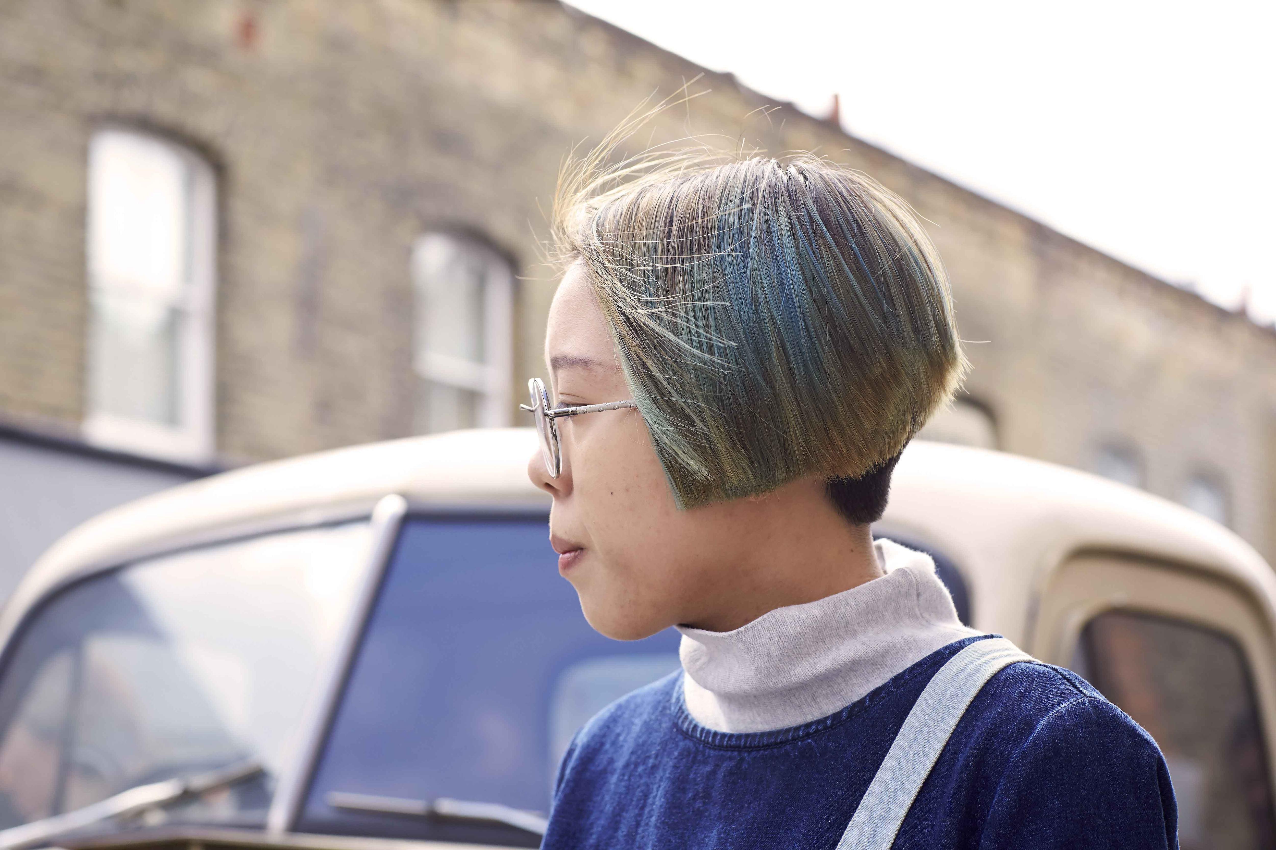 Mulher usa undershave, uma das ideias para os cabelos das asiáticas