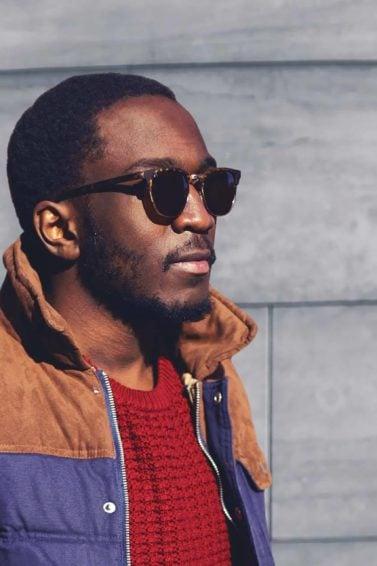 modelo com cabelo crespo curto: tendências de cortes masculinos