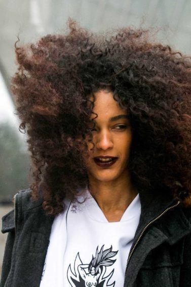 Mulher com cabelo black power ilustra matéria sobre não tocar no cabelo afro sem ser convidado