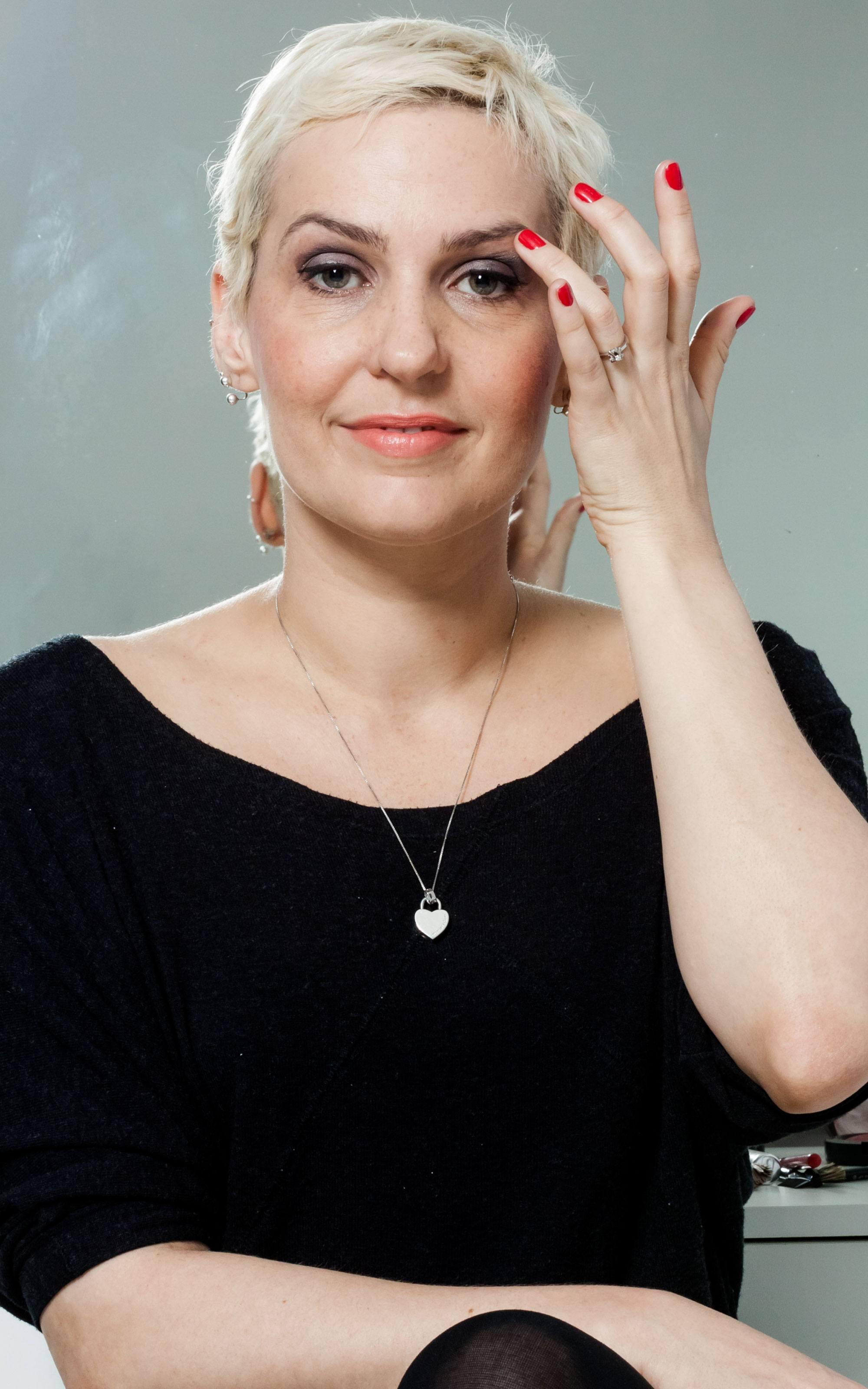 Mulher com cabelo bem curto e descolorido mostra exemplo de cabelo depois da qumio