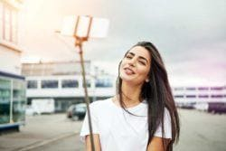 cabelos lisos e alisados: modelo com cabelo liso preto