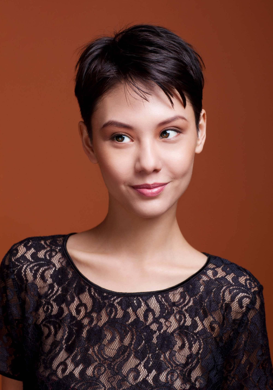 cortes para quem tem pouco cabelo: modelo com cabelo curtinho preto