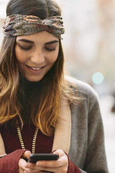 modelo com cabelo liso castanho com as pontas descoloridas de loiro: descolorir as pontas do cabelo