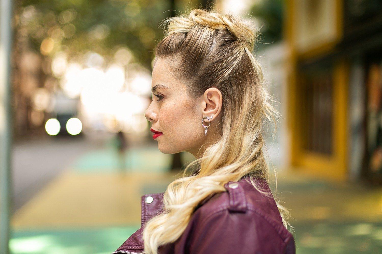 Modelo com cabelo liso loiro semipreso para matéria de moicano feminino