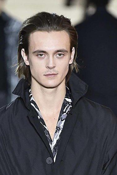 Modelo desfila usando roupa preta na Semana de Moda Masculina de Paris