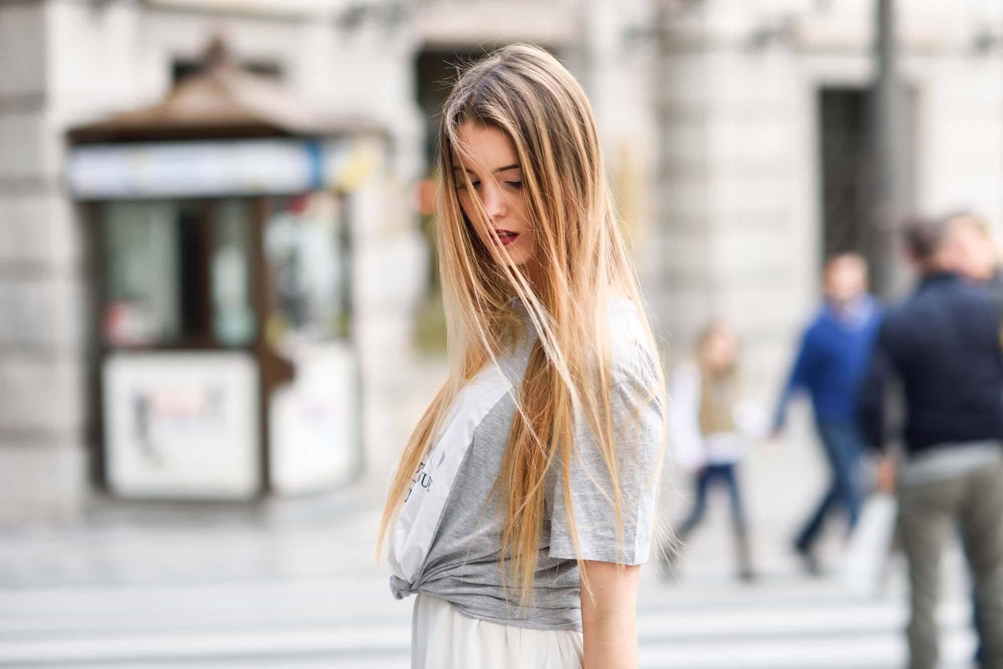 vantagens e desvantagens do cabelo curto: modelo com cabelo comprido loiro