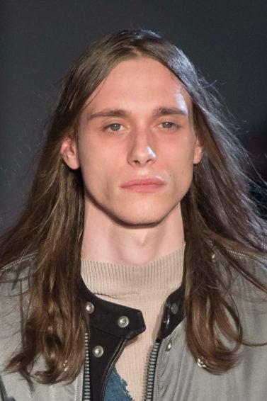 homens de cabelos longos