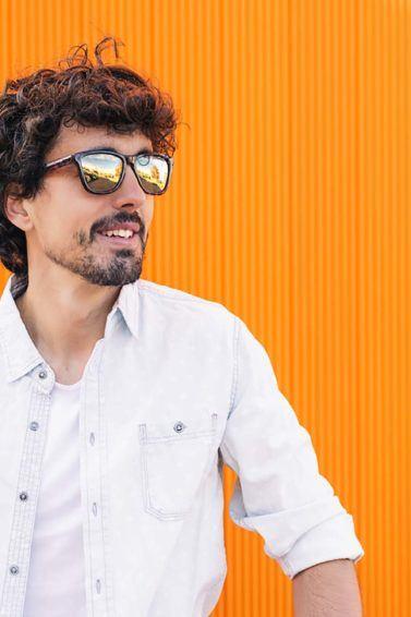 Modelo de cabelos ondulador para matéria sobre cortes para cabelo masculino ondulado