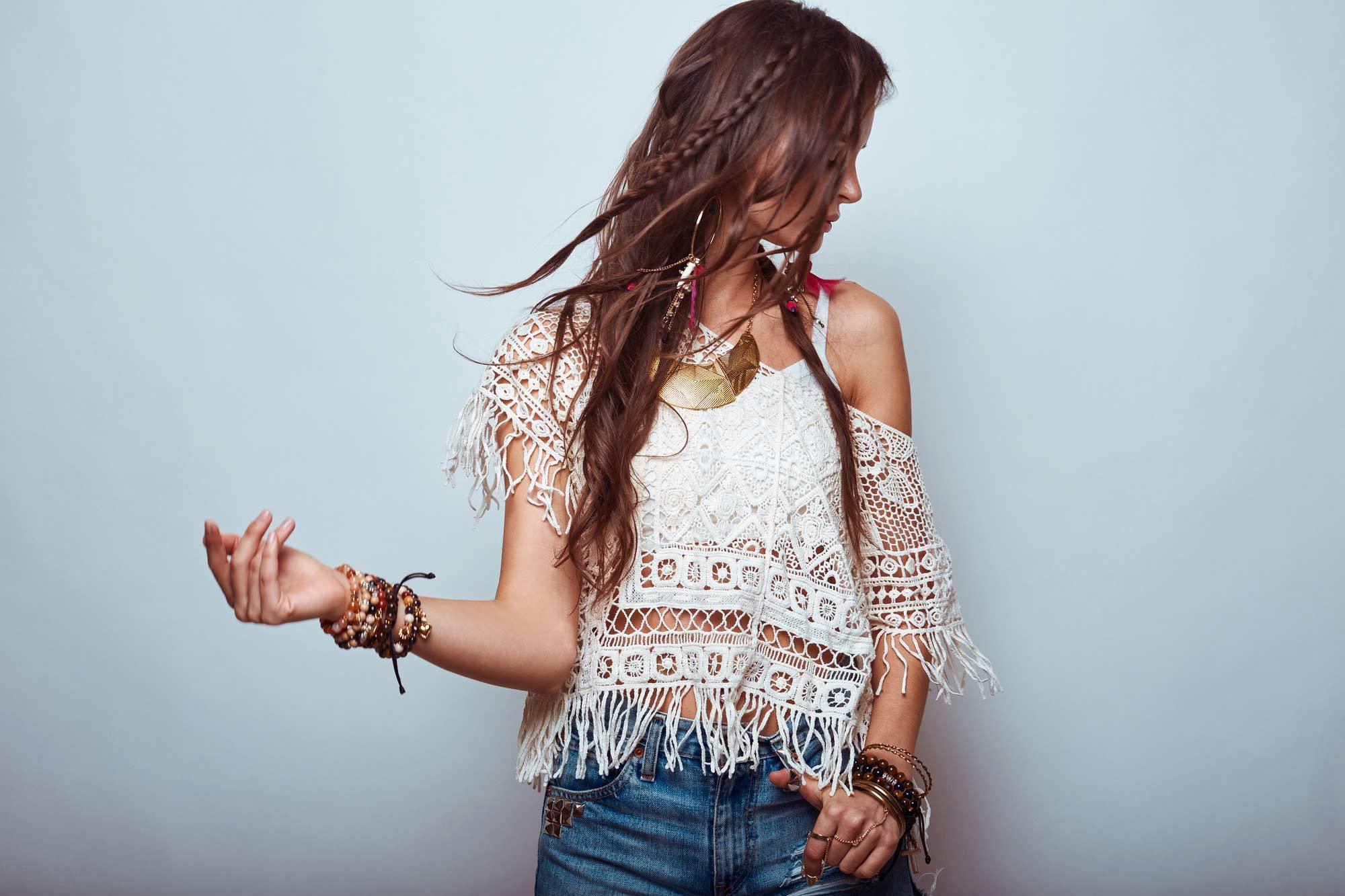 modelo usando um dos penteados hippie
