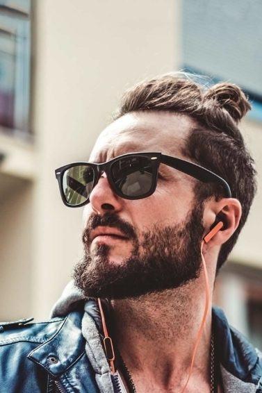 modelo usando um dos penteados masculinos para festival de música