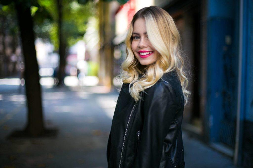 Modelo de cabelo longo loiro para matéria sobre cronograma capilar para o outono