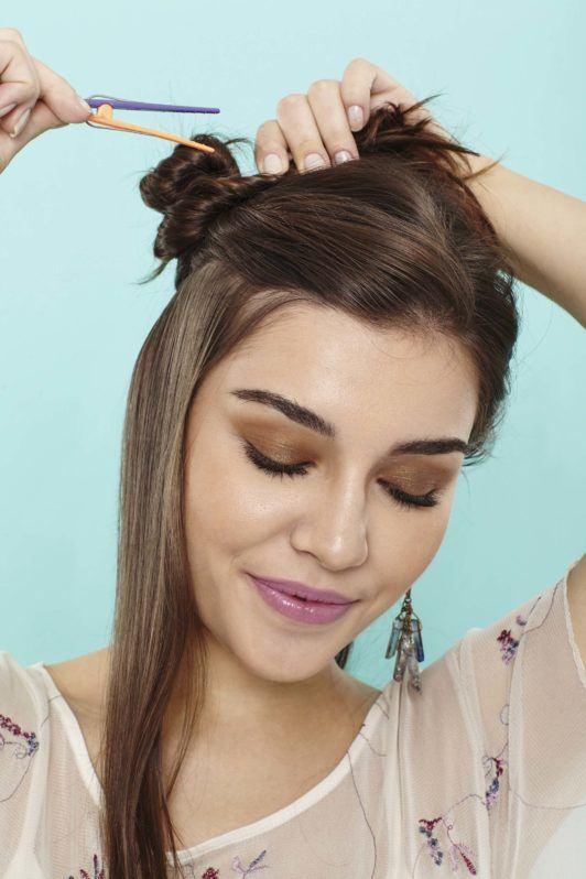 modelo com cabelo com ondas de praia