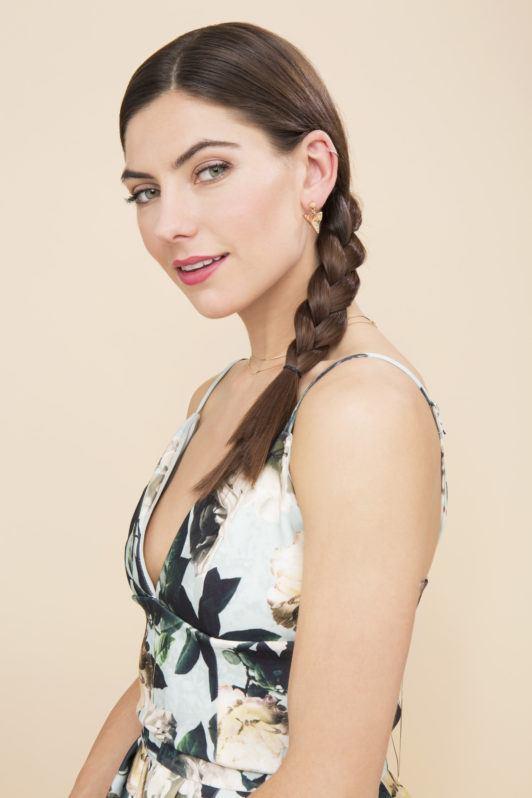 Mulher com cabelos marrom e trança lateral