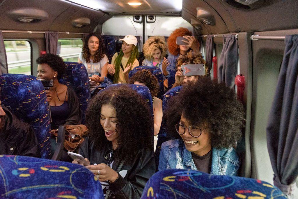 mulheres com cabelos cacheados e crespos ilustrando a matéria Casa Seda