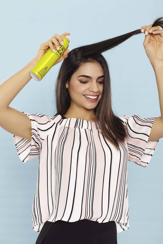 modelo de Como usar shampoo seco