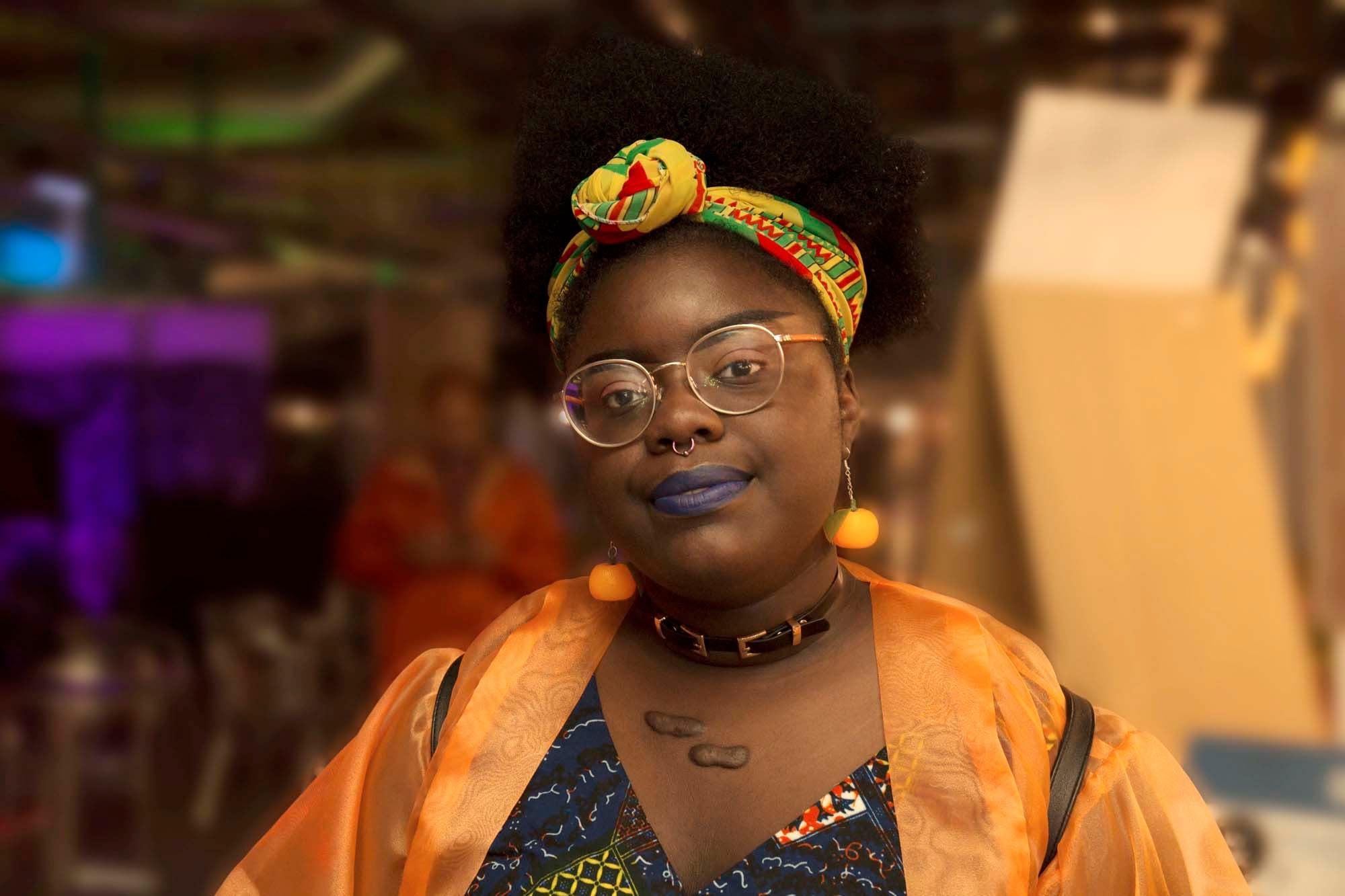 modelo com um dos acessórios para cabelos afro