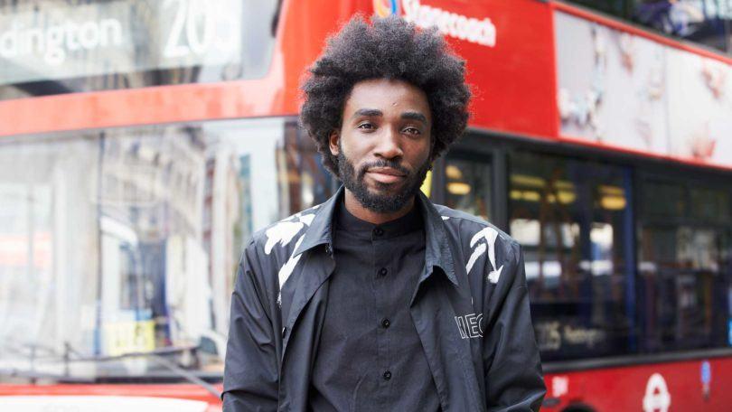 Modelo negro de roupa preta com black power masculino