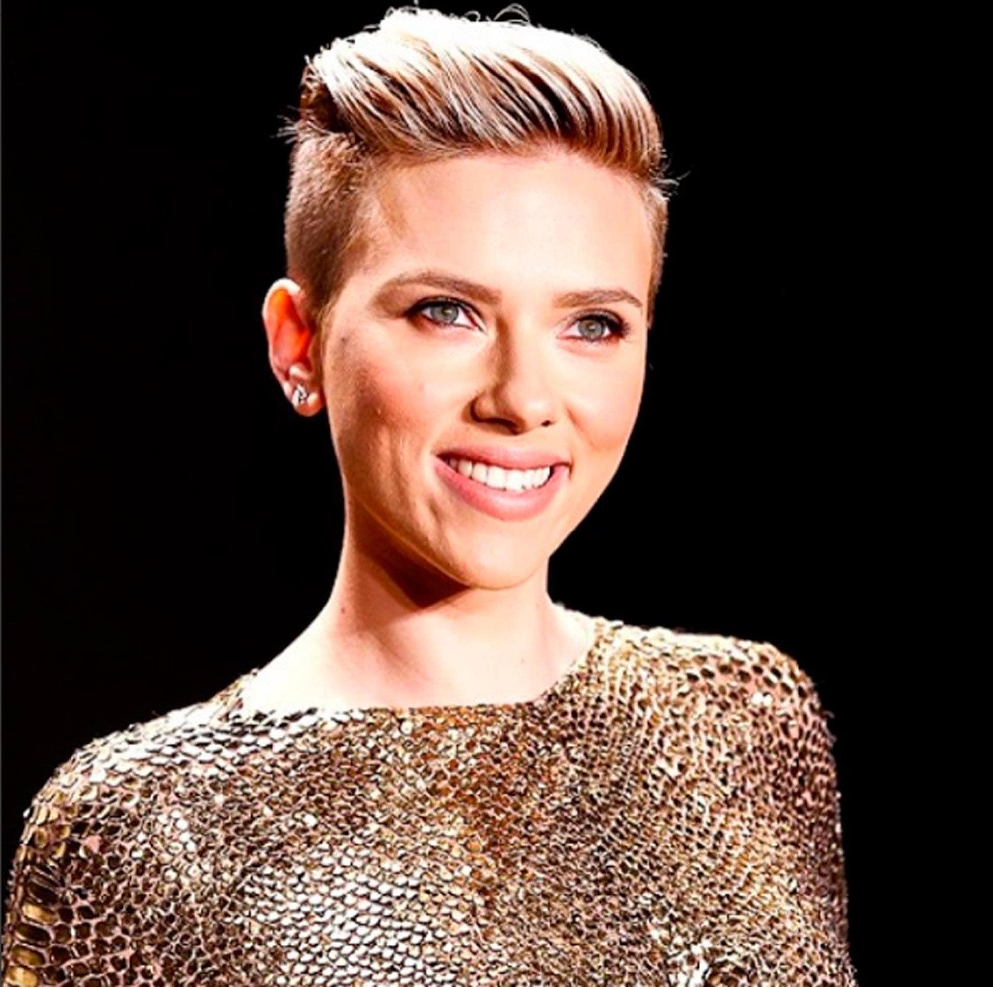 Scarlett Johansson com cabelos curtos e topete loiro