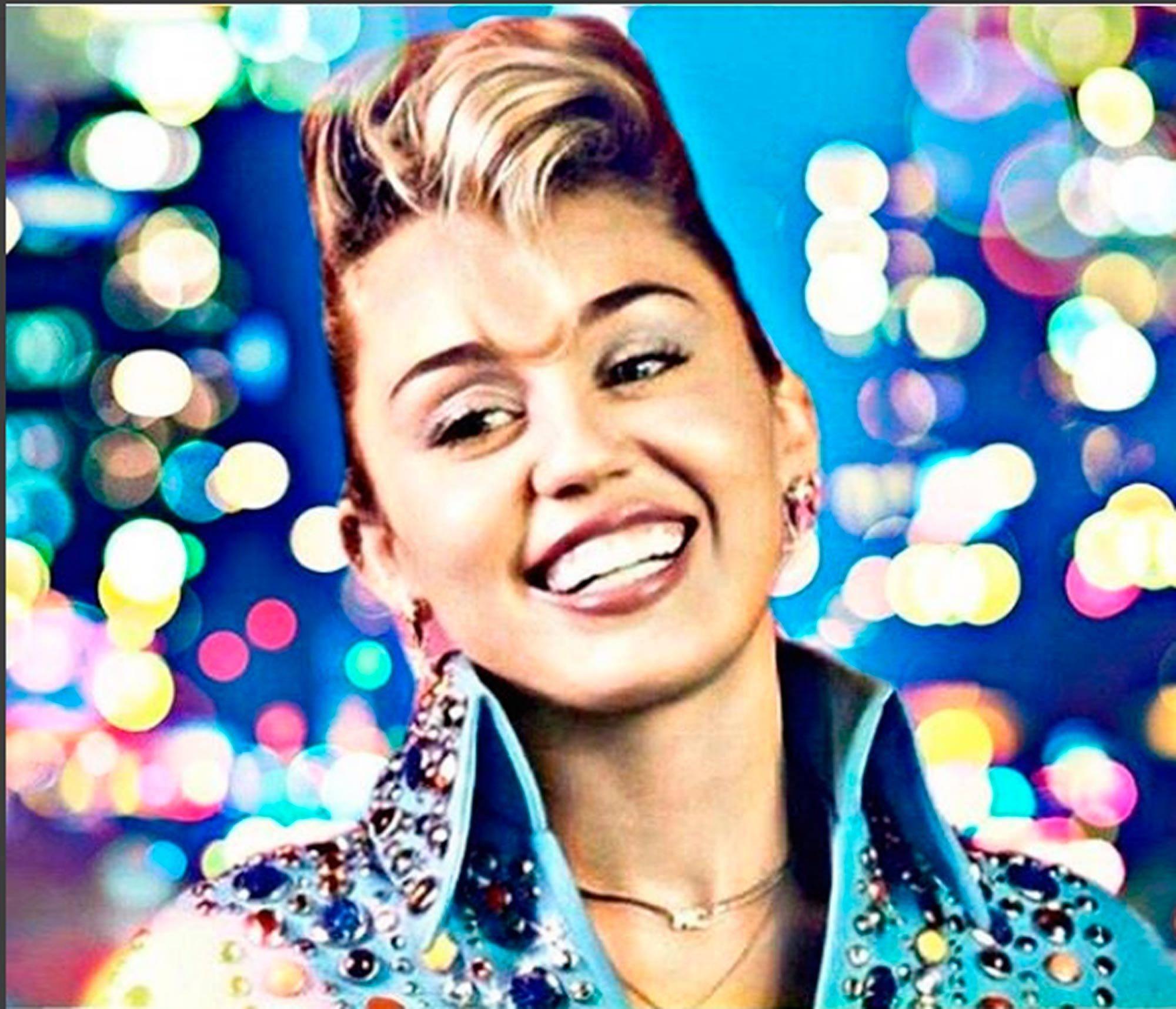 Miley Cyrus com cabelos curtos e topete loiro
