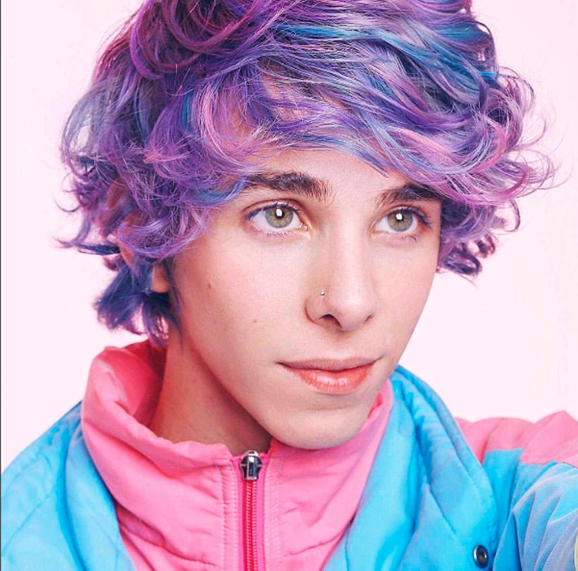 Erick Mafra com cabelo colorido