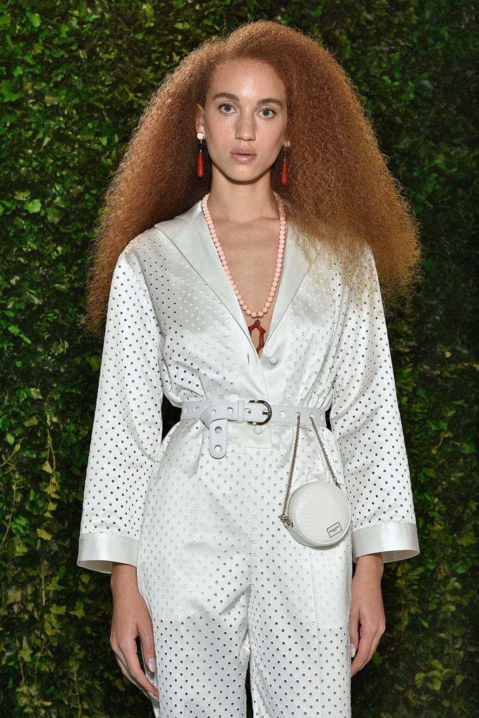 modelo usando um dos cabelos crespos 2018