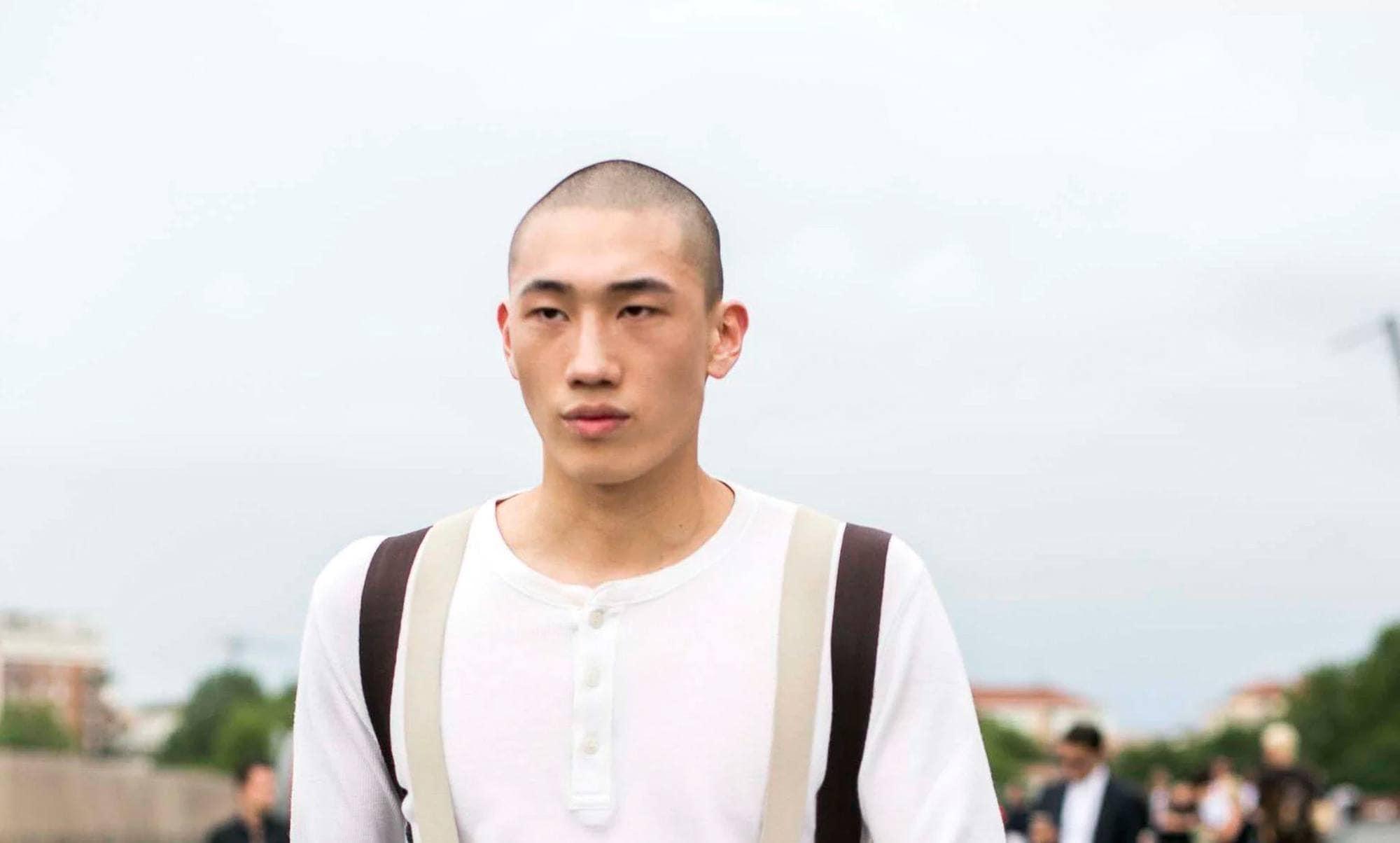 modelo usando um dos cabelos curtos masculinos para o verão