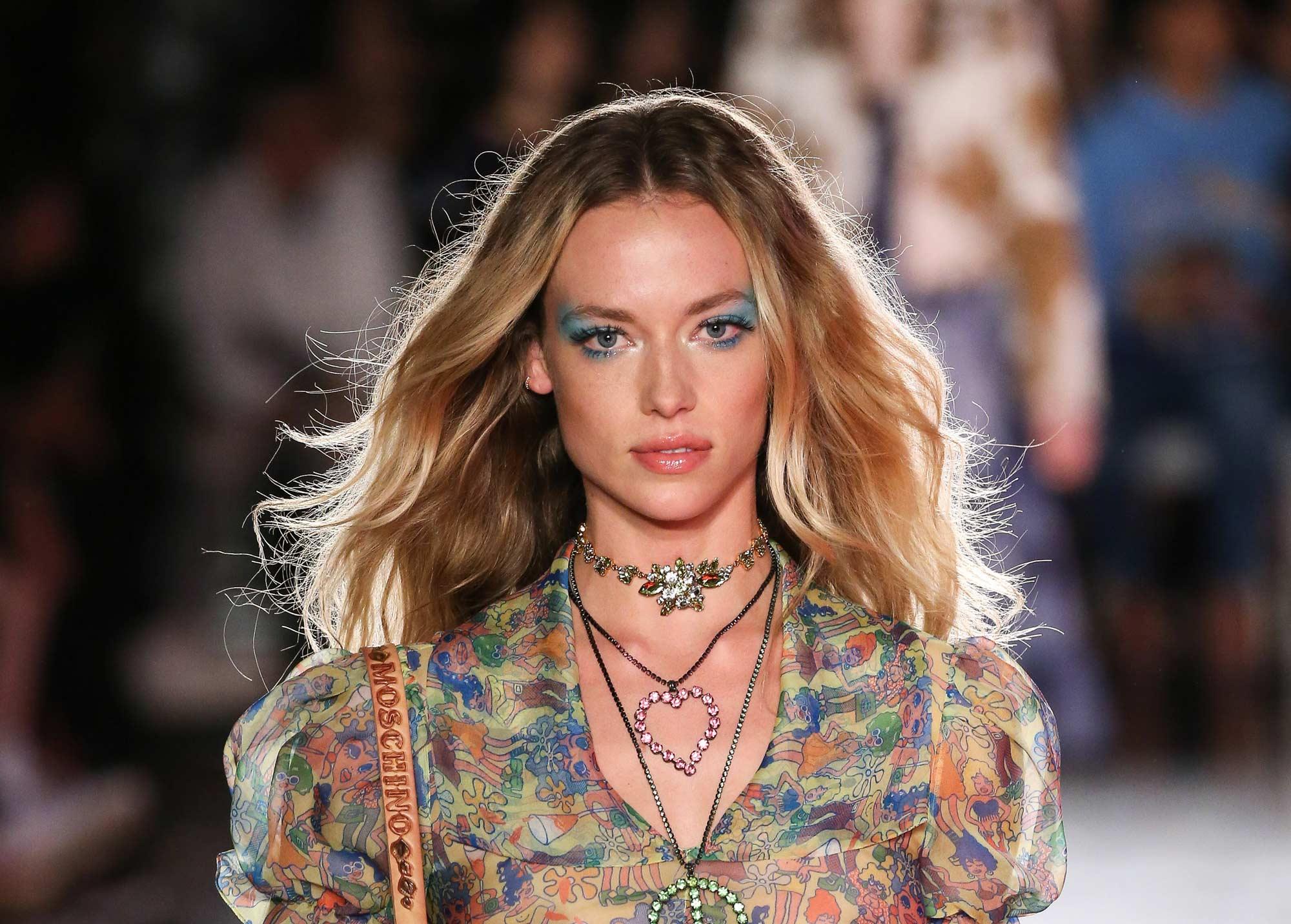 modelo usando um dos cabelos loiros 2018