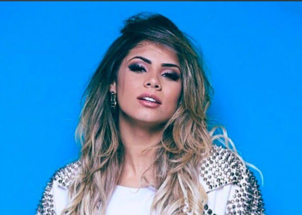 cantora Lexa com cabelo loiro