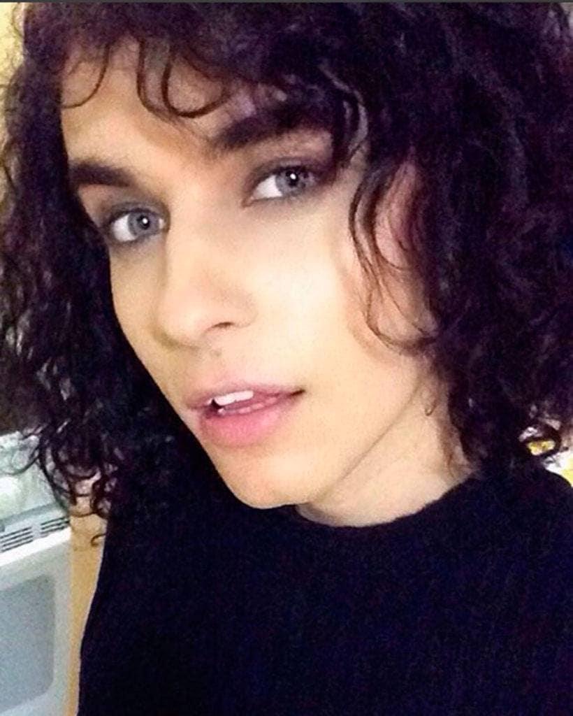 Maria Clara com cabelo cacheado