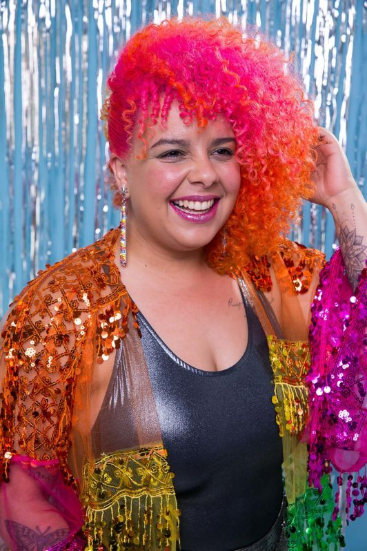 modelo com um penteado de Carnaval para cabelo cacheado