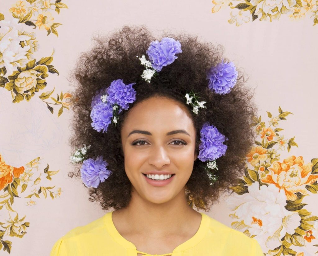 modelo usando um dos penteados de Carnaval para cabelos crespos