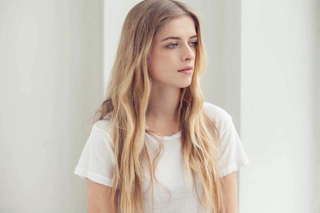 modelo usando um dos penteados para praia 2018