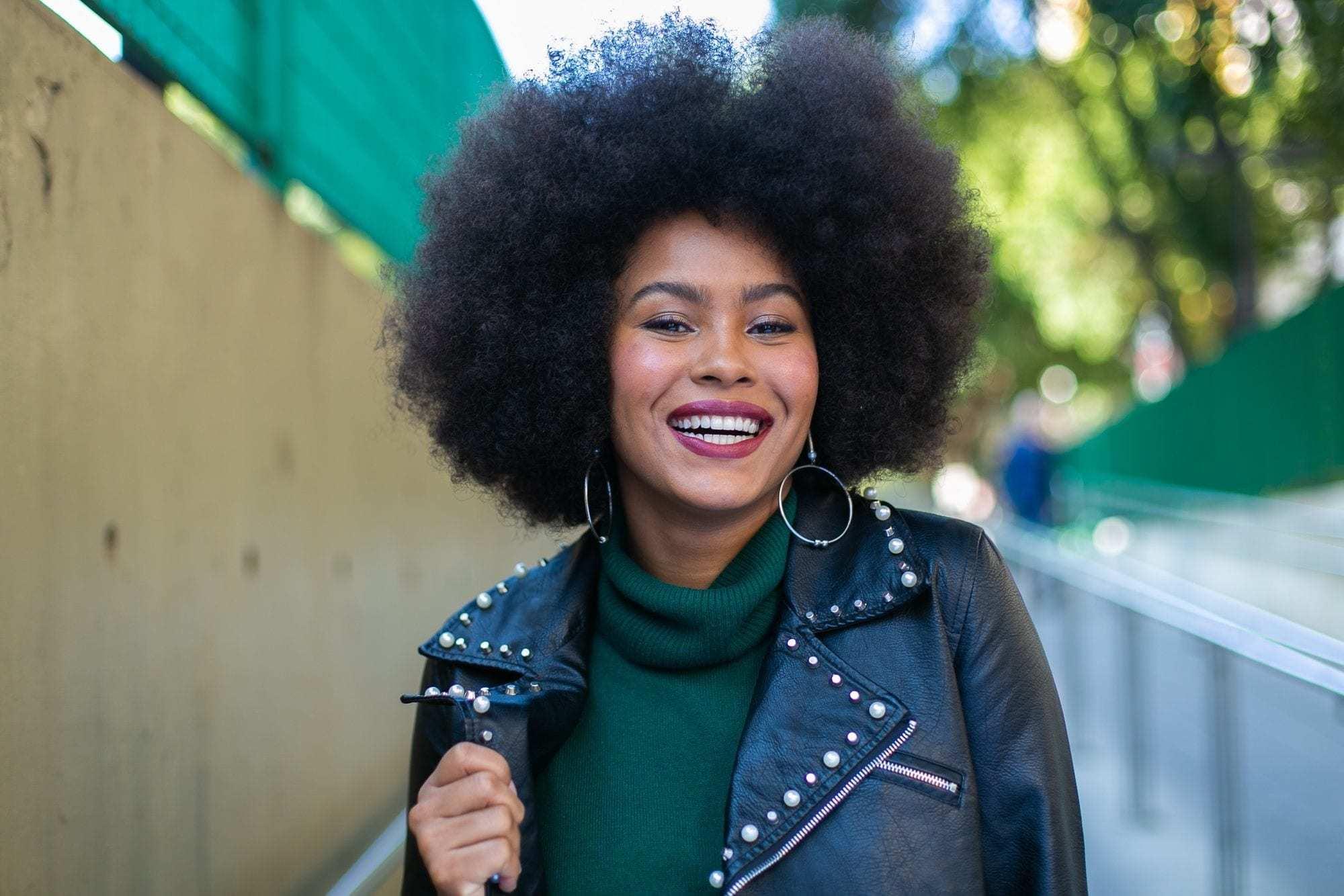 Modelo com black power para matéria do dia internacional da mulher