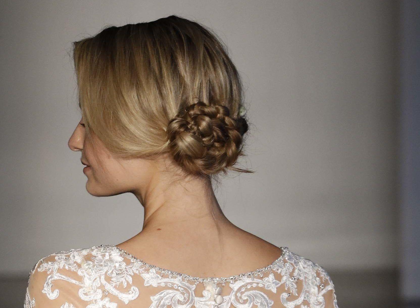 modelo com um dos penteados para noivas loiras