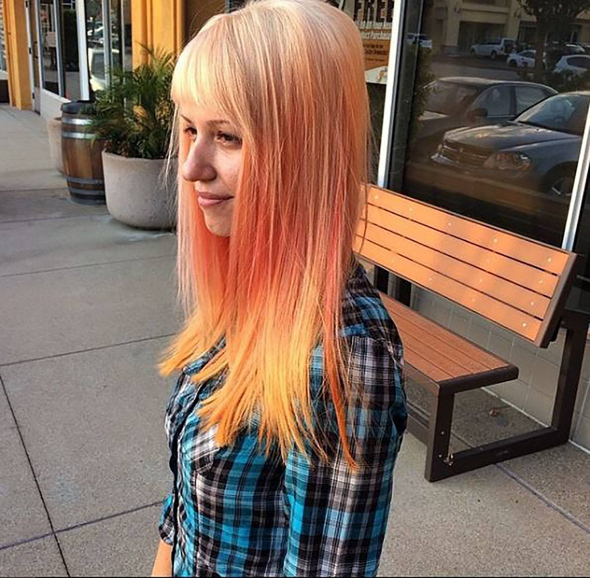 modelo com cabelo com cor de drinks