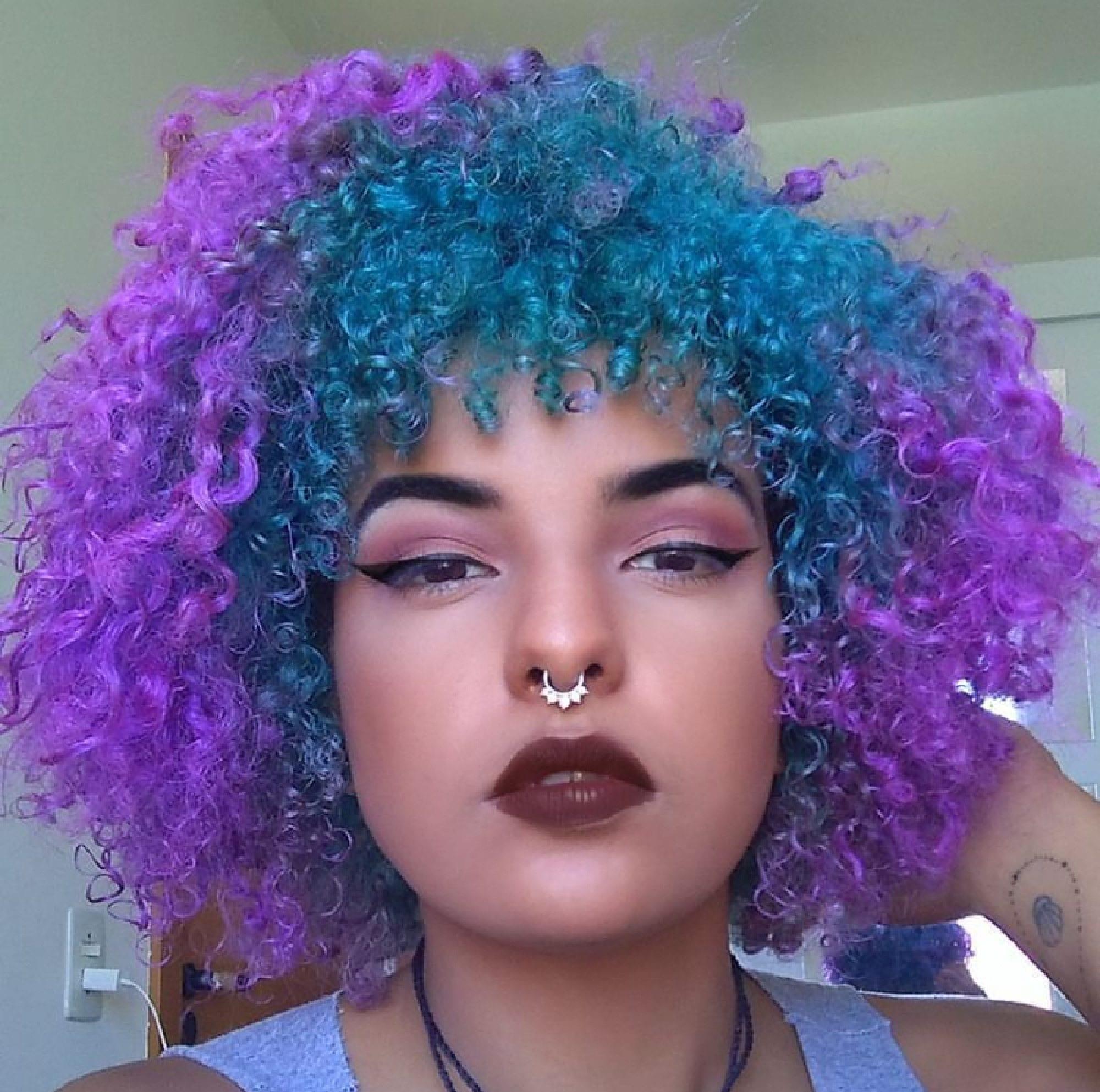 Cabelo crespo black power azul e roxo